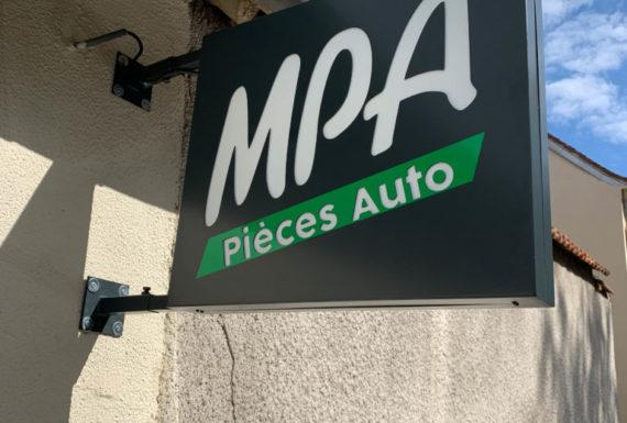 enseigne drapeau MPA à Maintenon